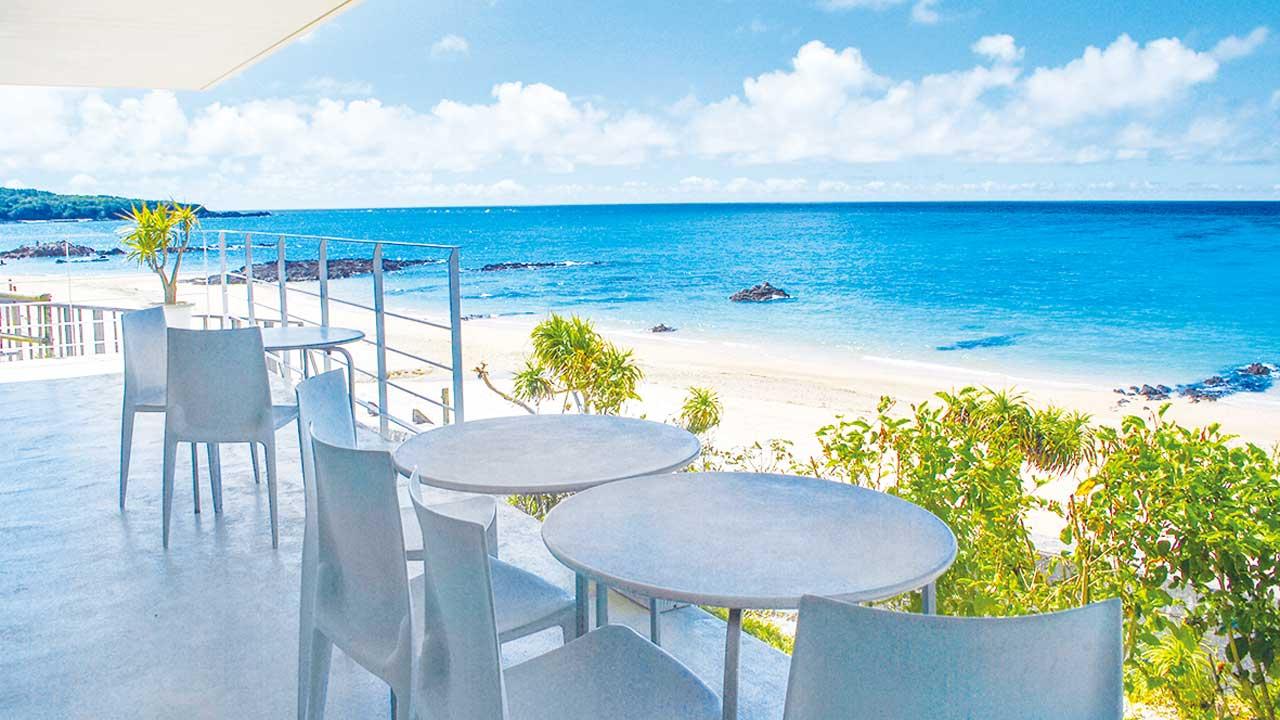 オシャレな外観のお店から見る白い砂浜
