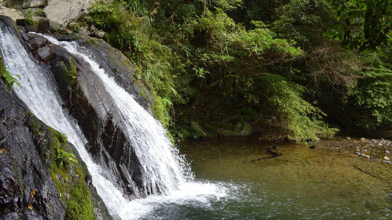 天然の滝でマイナスイオンを感じてみよう!